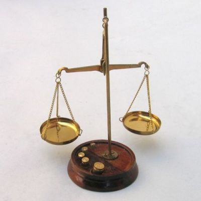 BR4094A - Scale Wooden Stand, 20 gm Weights